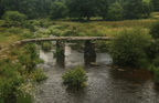 passerelle de pierre sur East Dart River, parc national de Dartmoor, Devon